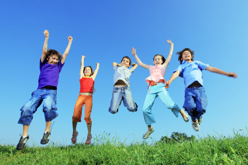 Pasivaikščiojimai, tiek sportavimas, lakstymas, kiti fiziniai žaidimai padeda grūdintis ir didina atsparumą ligoms (wikimedia.org nuotr.)