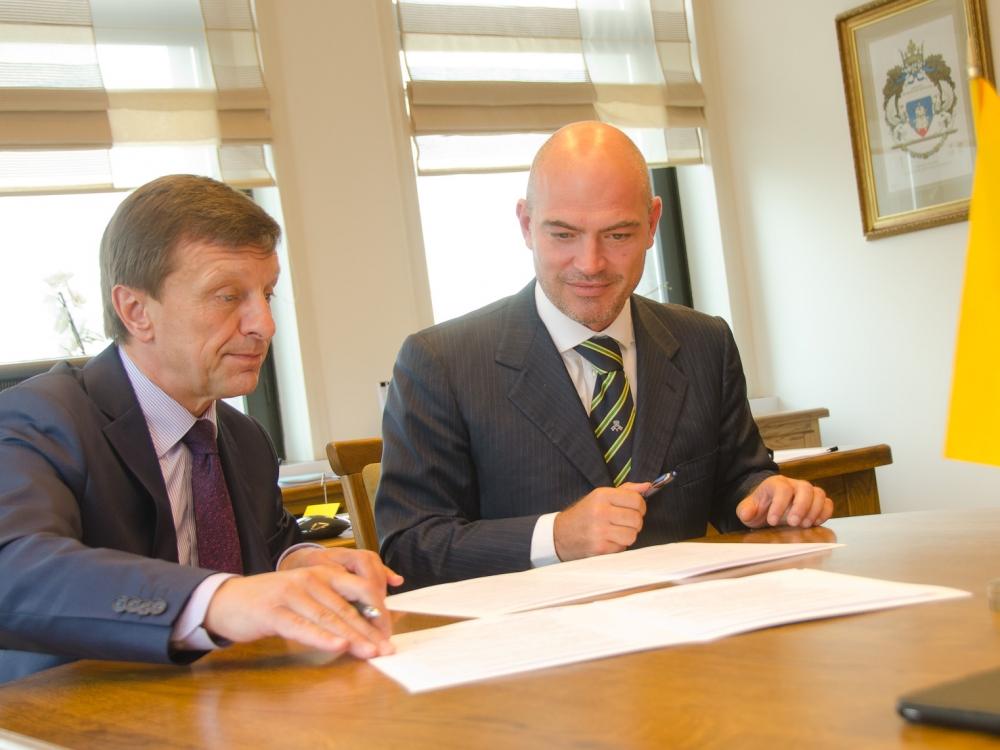"""KTU rektorius Petras Baršauskas (kairėje) ir """"Gruppo Fos"""" generalinis direktorius Matteo Pedrelli (KTU nuotr.)"""