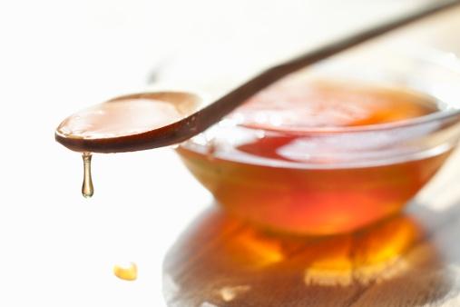 """Žolininkė: """"Į šaukštelį reikia paimti šiek tiek medaus, atskiesti dar keliais lašais  vandens, sumaišyti ir užpilti už apatinio voko."""" (Asociatyvi nuotr.)"""