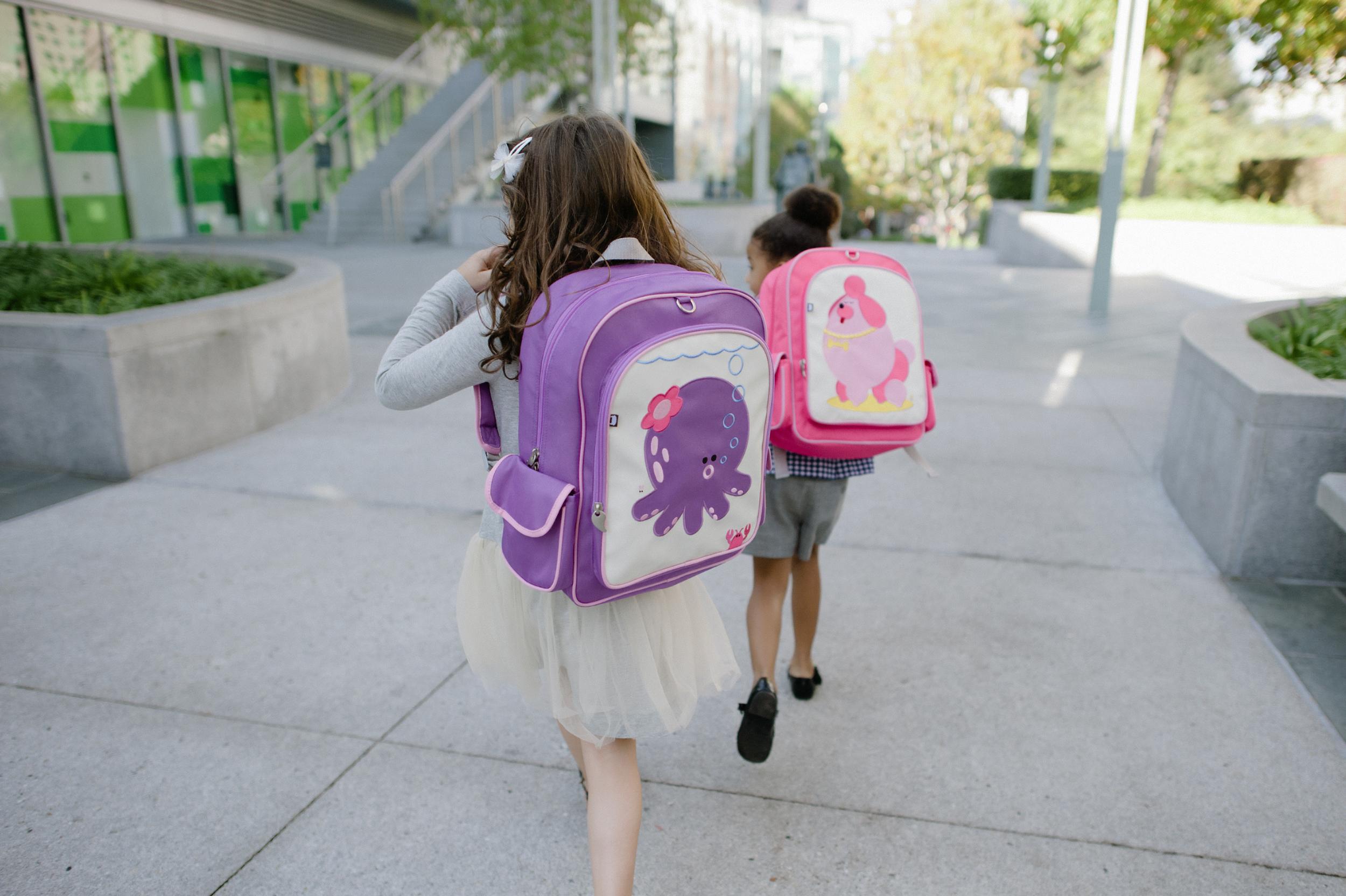 Keli tyrimai patvirtino neginčytiną ryšį tarp vaikų mokyklinės kuprinės svorio ir nugaros skausmų. (fairyblossom.com nuotr.)