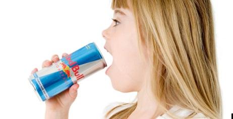 Energiniai gėrimai itin populiarūs tarp moksleivių (alamy.com nuotr.)