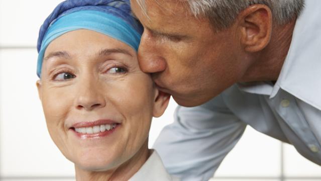 60 proc. sergančiųjų vėžiu kenčia dėl mažakraujystės, jiems ima slinkti plaukai, dingsta apetitas, silpnėja imuninė sistema, progresuoja depresija. (lifewithlungcancer.info nuotr.)