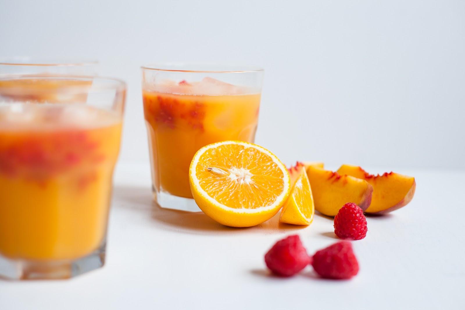 Vaisių rūgštys ir eteriniai aliejai, kurių apstu šviežiai spaustose apelsinų sultyse, neabejotinai sudirgins gleivinę. (jchongstudio.com nuotr.)