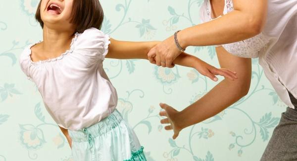 Sukaupta begalė psichologijos tyrimų duomenų, kurie aiškiai rodo, kad vaikų auklėjimas muštro metodu, ar tiksliau smurto bausmėmis, nėra efektyvus ir neduoda gerų rezultatų vėlesniame žmogaus gyvenime. (Asociatyvi nuotr.)