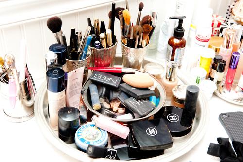 Vengtinų medžiagų grupė, pasak ekspertės, – parabenai. Tai konservantai, dažniausiai dedami tam, kad kosmetika būtų apsaugota nuo mikrobų, pailgėtų jos galiojimo laikas, būtų galima laikyti lentynoje ir pan. (Asociatyvi nuotr.)