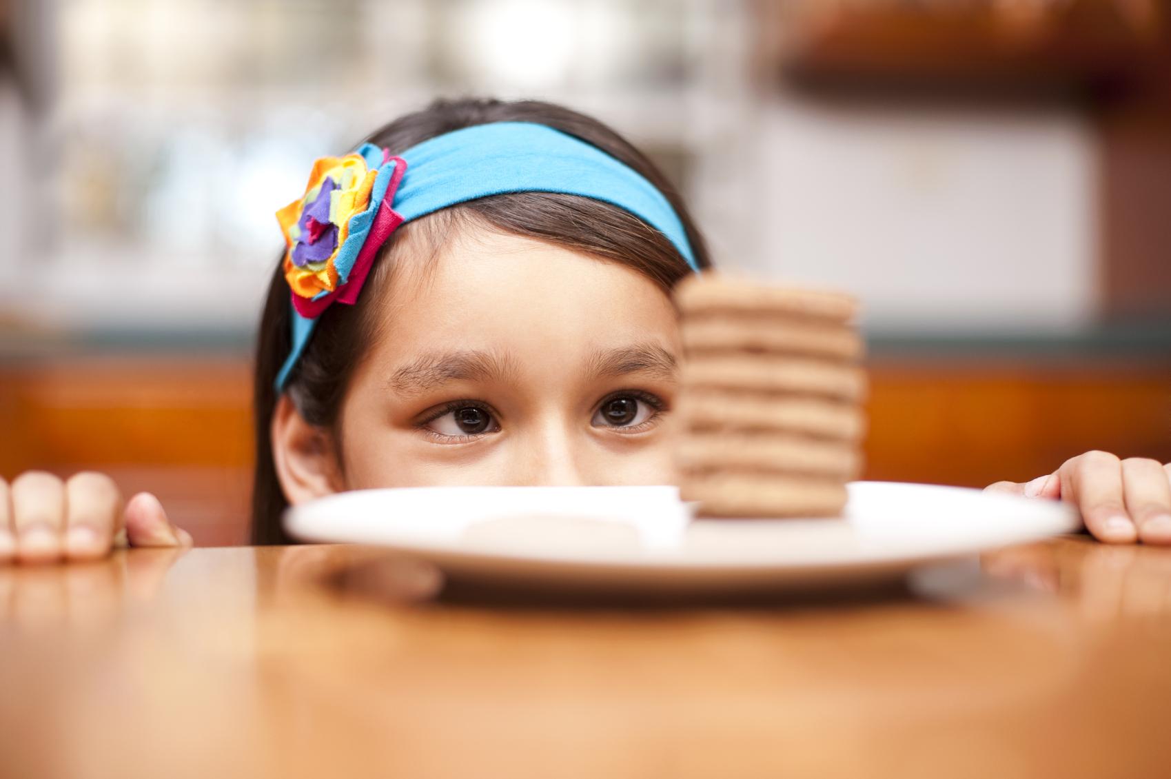Svarbiausia nesiūlyti vaikui sausainių, sūrelių, kitų užkandžių ar saldžių gėrimų prieš ar tarp pagrindinių patiekalų, tada apetitas ateis savaime. (Asociatyvi nuotr.)