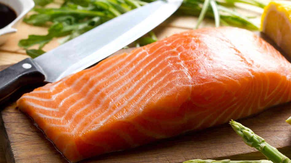 Jei riebalai kaupiasi pilvo, liemens srityje - tai dažnai reiškia, jog greičiausiai organizmas gamina daug lieknėjimui trukdančios medžiagos - kortizolo arba streso hormono, todėl reikėtų į dienos racioną įtraukti daugiau omega-3 riebalų rūgščių turinčių produktų, tarkime, lašišos. (Asociatyvi nuotr.)