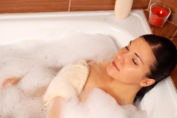 Pajutus pirmuosius ligos požymius, reikia laikytis asmens higienos reikalavimų, negalima maudytis putų vonioje, naudoti intymioms kūno vietoms skirtų dezodorantų, dezinfekcijai skirtų tirpalų, aštraus muilo. (Asociatyvi nuotr.)