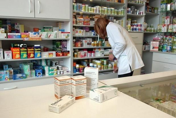 Vaistinės farmacininkas prieš parduodamas kompensuojamąjį vaistą, pirmiausia turi pasiūlyti pigiausią, o jei vaistinė jo neturi –  užsakyti ir pristatyti. Sauliaus Žiūros (BFL) nuotr.