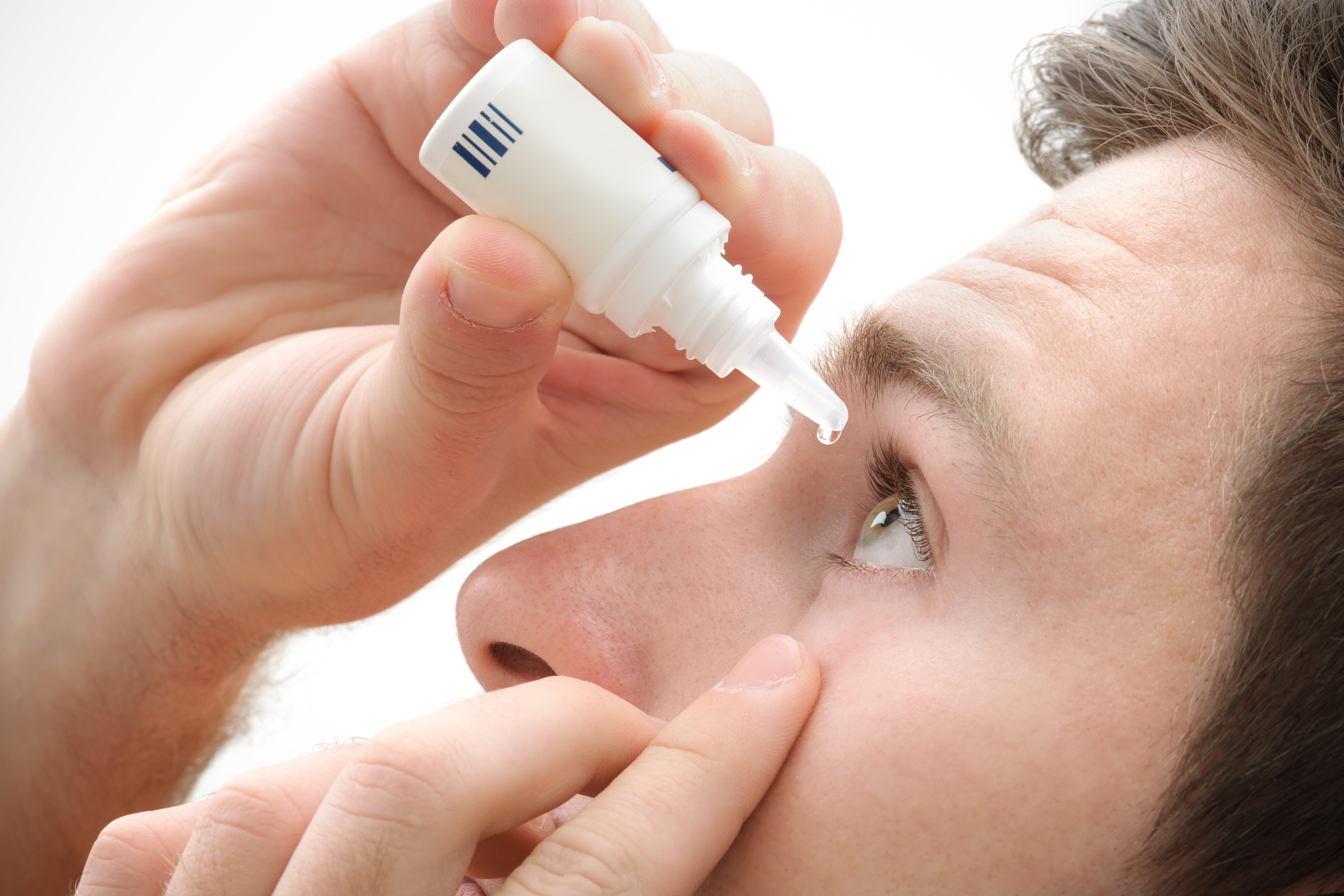 Akių lašuose, pasitelkiant nanotechnologijas, riebalinis lašelis sumažinamas ir padengiamas surfaktantu bei katijonais, t. y. teigiamais jonais, kad tvirčiau prisikabintų bei tolygiau pasiskirstų prie neigiamą krūvį turinčio akies paviršiaus. (Asociatyvi nuotr.)