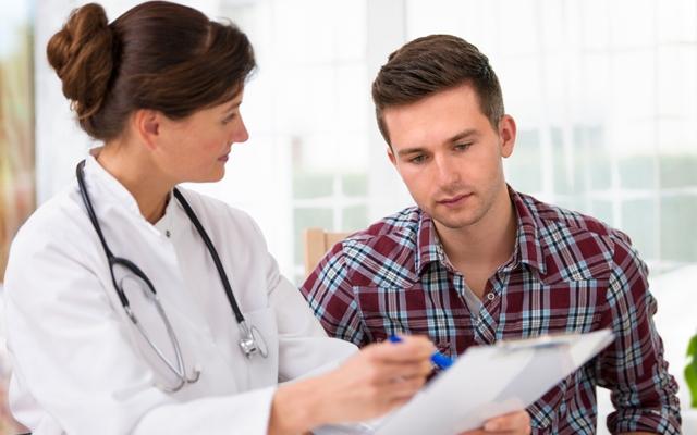 Žmogus turi teisę gauti gydymo paslaugas bet kurioje ES šalyje ir susimokėti pats. Tačiau prieš išvykstant į kitą valstybę, reikia būtinai sužinoti, kokia tvarka bus kompensuojamos gydymo išlaidos. (Asociatyvi nuotr.)