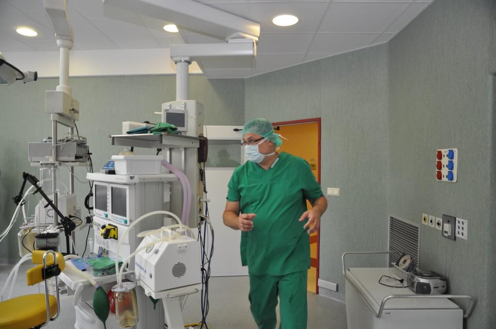 Vaikų neurochirurgas skuba į operaciją. (VUL Santariškių klinikų nuotr.)