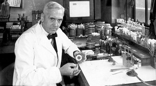 Pirmasis antibiotikas penicilinas buvo sukurtas 1928 metais, tai padarė Alexanderis Flemingas.  (wikipedia.org nuotr.)