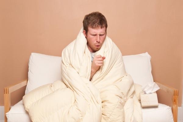 Ypač pavojingas sergančiojo peršalimu kosulys, juk virusai plinta oro-lašeliniu būdu, tad galima užkrėsti aplinkinius. (Asociatyvi nuotr.)