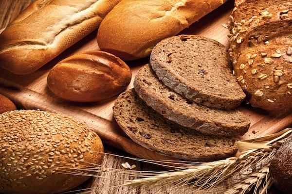 Kai sakoma, kad su grūdais duona yra sveikesnė,turima omenyje viso grūdo miltų duona, kurioje yra sveikų kviečių ar rugių grūdų. Visi kiti grūdai ir sėklos: saulėgrąžos,  sezamas, moliūgų sėklos taip pat yra puikus duonos paskaninimas ir suteikia organizmui nesočiųjų riebalų, taip pat atminkite, kad duona su sėklomis – kaloringesnė.  (Asociatyvi nuotr.)