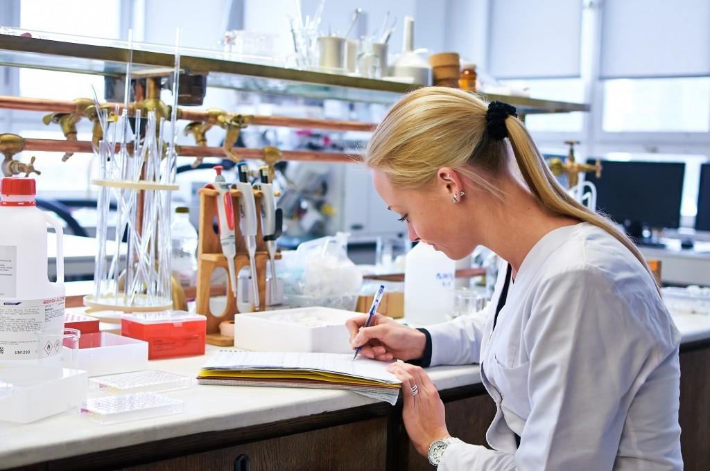 Biomedicinos inžinerijos srityje sukuriama įranga leidžia efektyviau, tiksliauf, neskausmingai diagnozuoti ligas bei jas gydyti. Dėka cheminės technologijos vaistai yra švaresni, greičiau patenkantys ten, kur reikia.