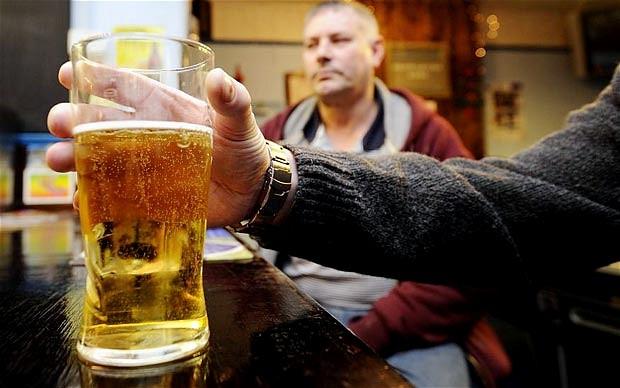 Mokslininkai teigia, kad greičiausiai žemas intelekto koeficientas lemia didesnį alkoholio vartojimą, o ne atvirkščiai. (Asociatyvi nuotr.)