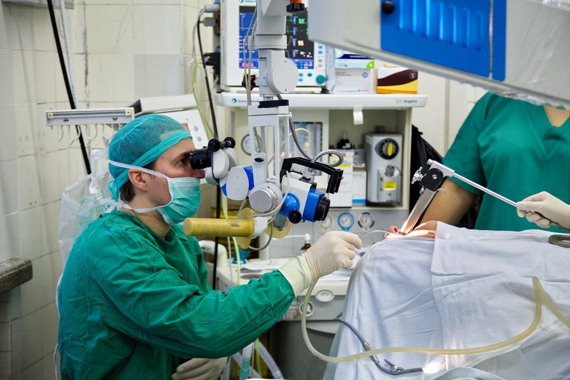 Gydytojas Evaldas Padervinskis operacijnėje. (K. Šimatonio nuotr.)