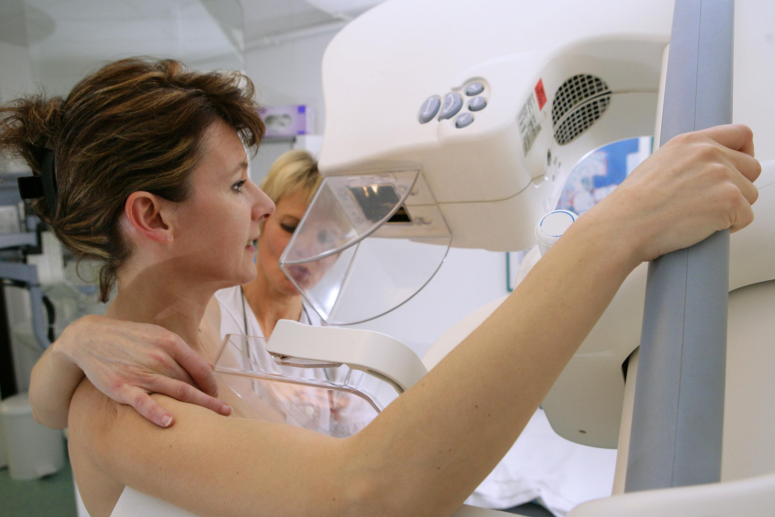 Kiekviena 50–69 metų amžiaus moteris gali pagal valstybės finansuojamą krūties vėžio prevencijos programą 1 kartą kas dvejus metus atlikti mamografijos tyrimą, kuris leidžia tiksliai diagnozuoti vėžį ar ikivėžinius pakitimus. (nbcnews.com nuotr.)