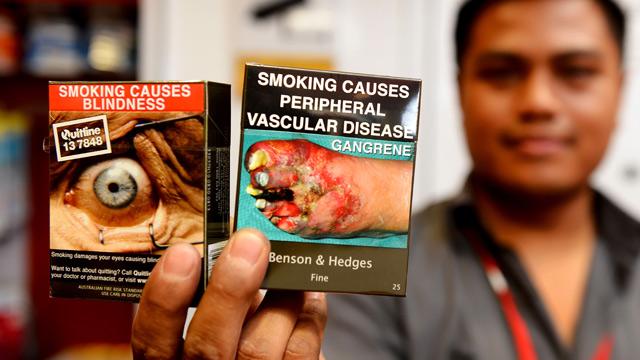 Tokiuose pakeliuose cigaretės pardavinėjamos Australijoje. (theguardian.com nuotr.)