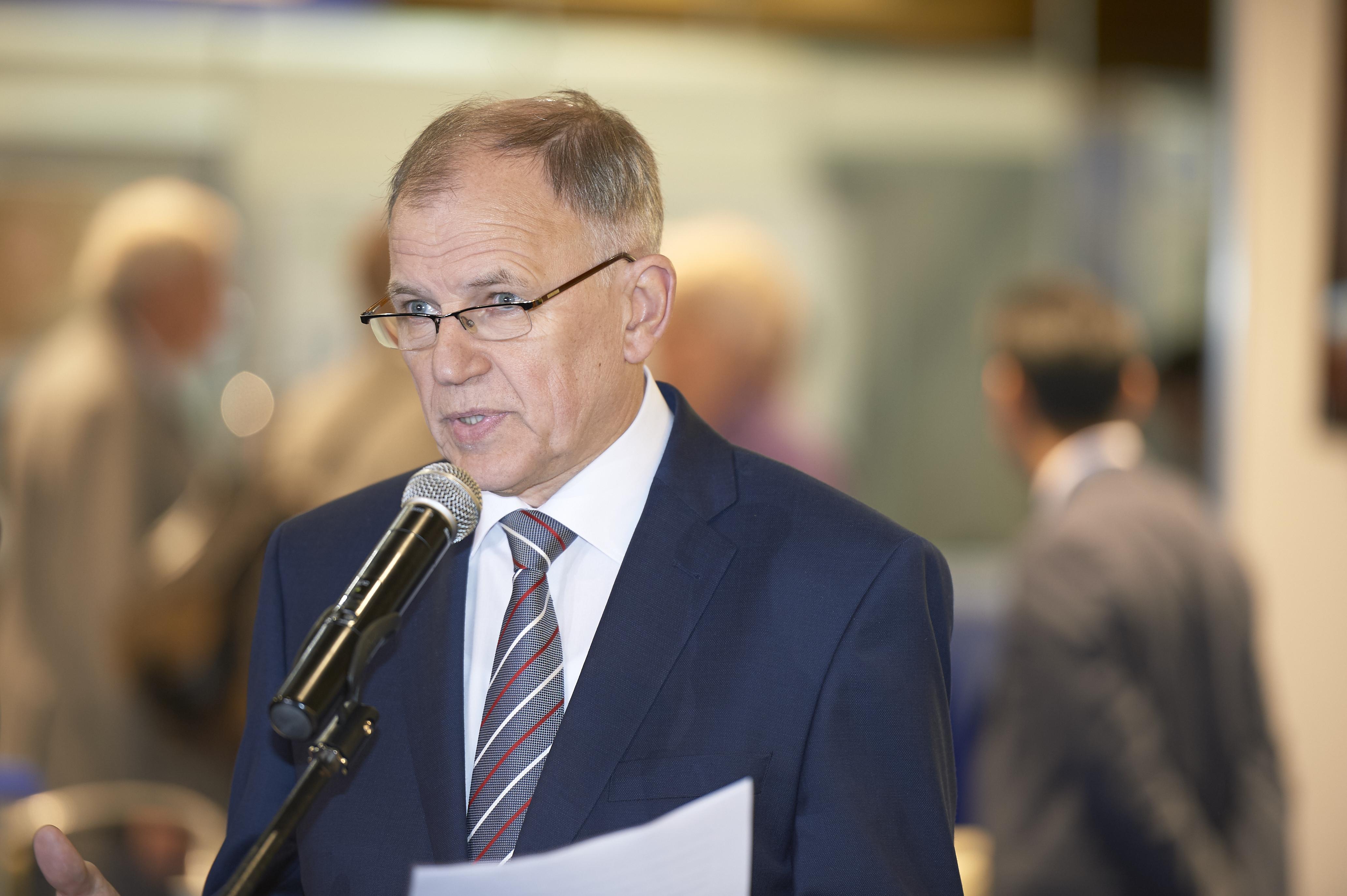 Eurokomisaras Vytenis Andriukaitis kreipiasi į žiniasklaidos atstovus.