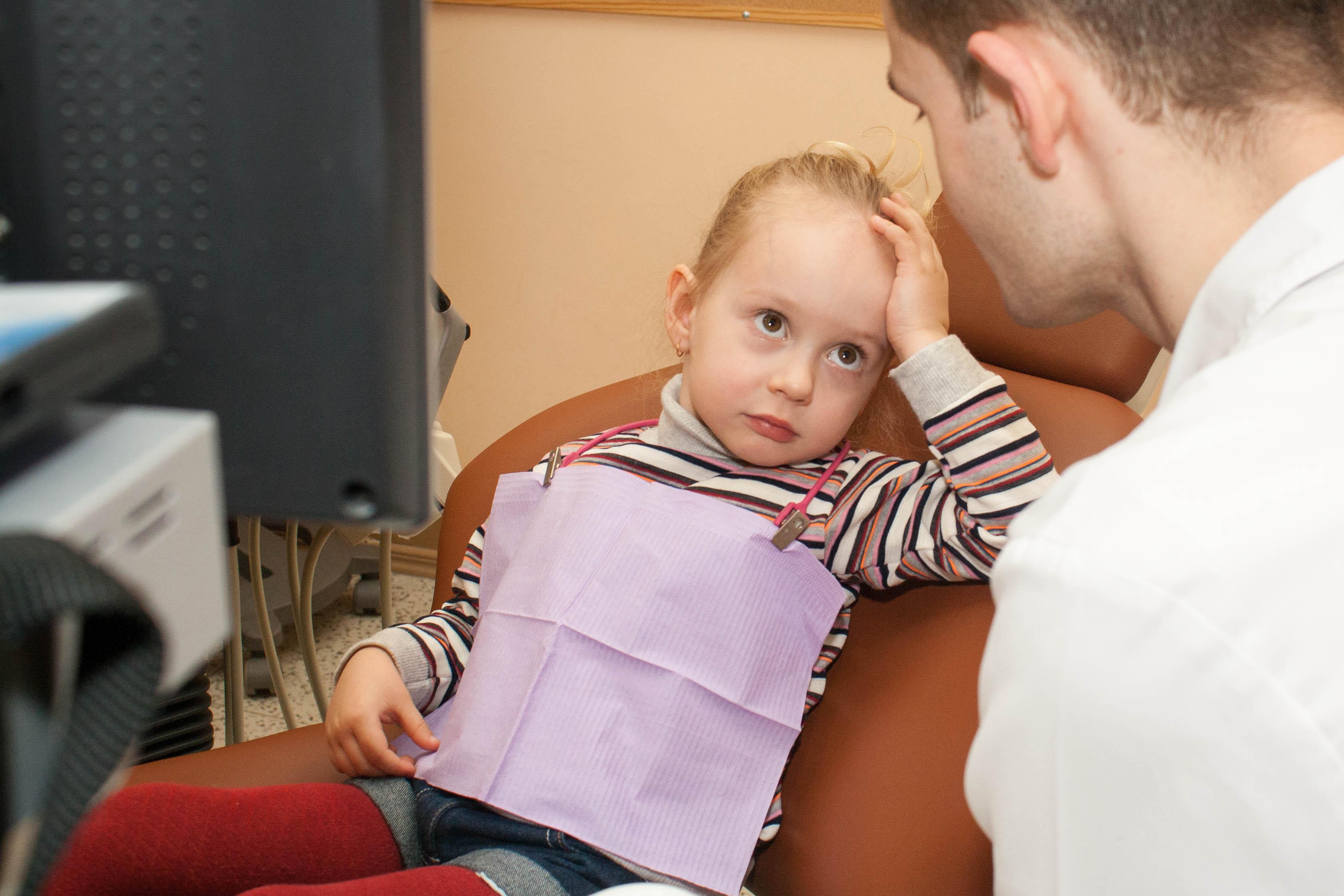 Ruošdamiesi į kliniką nepasakokite, kad gali skaudėti. Jei nežinote, reikės gydyti ar ne, nekalbėkite ir pernelyg pozityviai – rizikuojate prarasti mažojo pasitikėjimą. (V. Samuolio nuotr.)