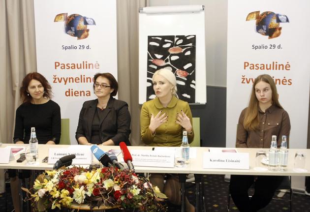 Iš kairės į dešinę: pacientė L. Šlamienė, sveikatos apsaugos viceministrė L. Vaidelienė, prof. dr. M. Bylaitė-Bučinskienė ir pacientė K. Eisinaitė. (ELTA nuotr.)