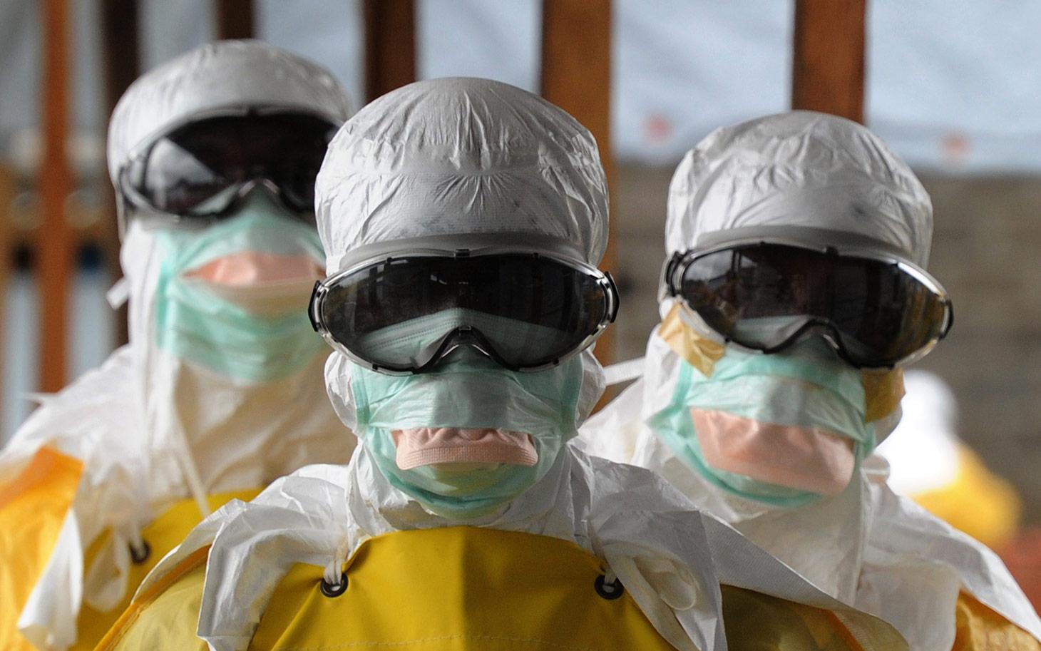 Ebola virusu užkrėstose teritorijose dirbantys sveikatos priežiūros specialistai. (Al Jazeera America nuotr.)