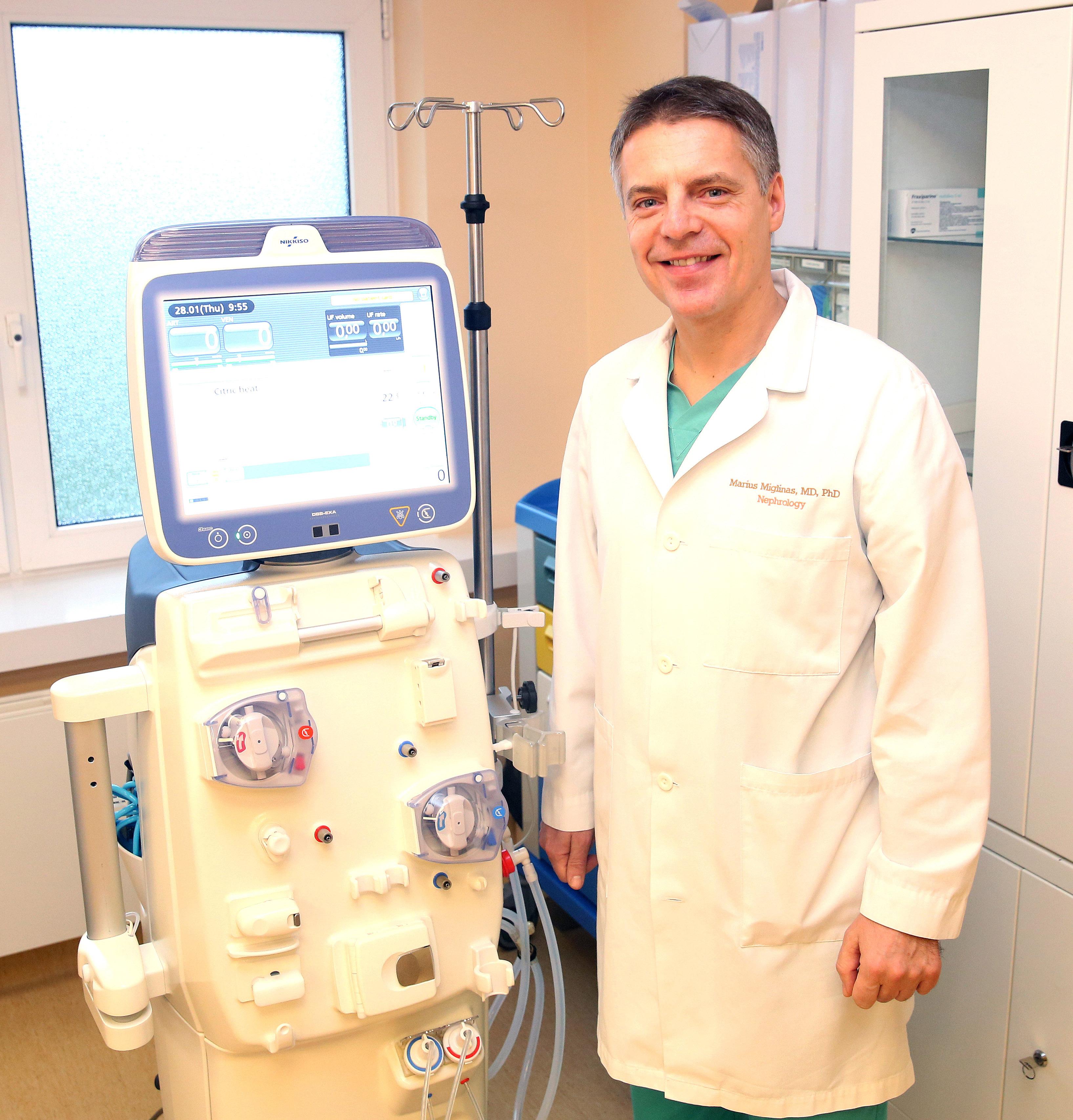 Prof. M.Miglinas prie naujojo dializes aparato.