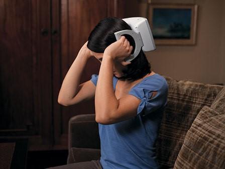 Portatyvinis transkranijinės magnetinės stimuliacijos aparatas. Šis prietaisas, sukurdamas magnetinį lauką, stimuliuoja pakaušinę smegenų sritį, taip slopindamas migreninį galvos skausmą. (affino.com nuotr.)