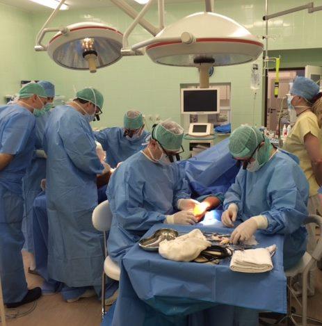 Chirurgu komanda rieso operacijos metu