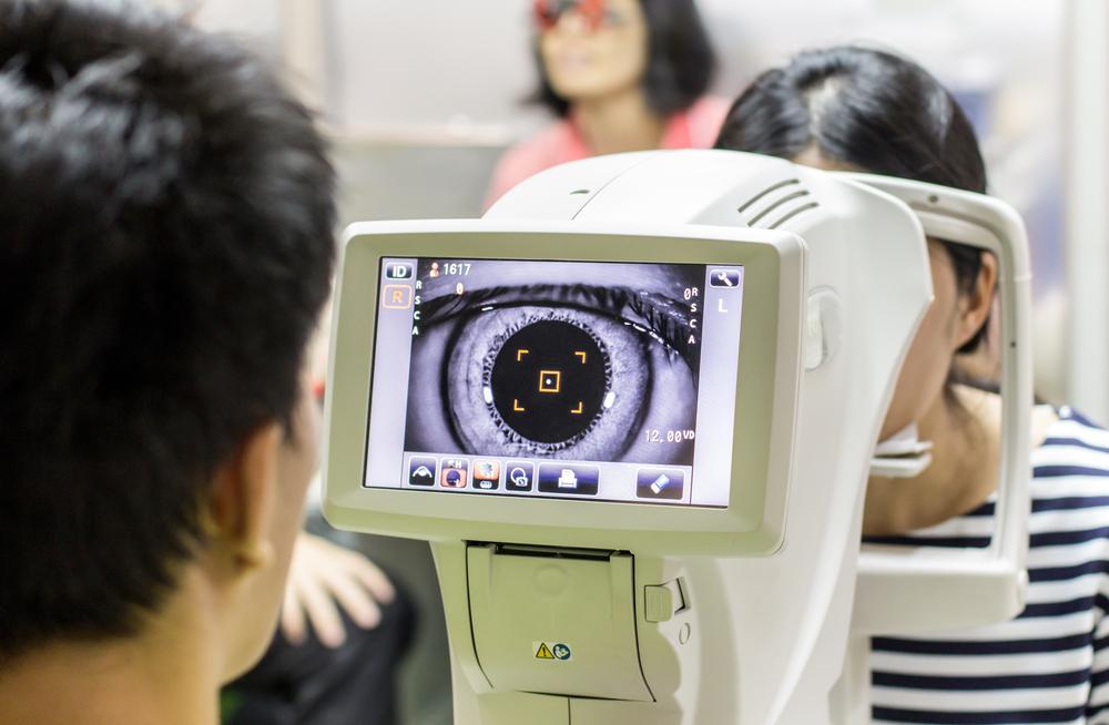 Didžiojoje Britanijoje kiekvienam 12 metų ir vyresniam sergančiam diabetu rekomenduojama kartą per metus tikrintis akies dugną ir pasidaryti tinklainės nuotraukas.