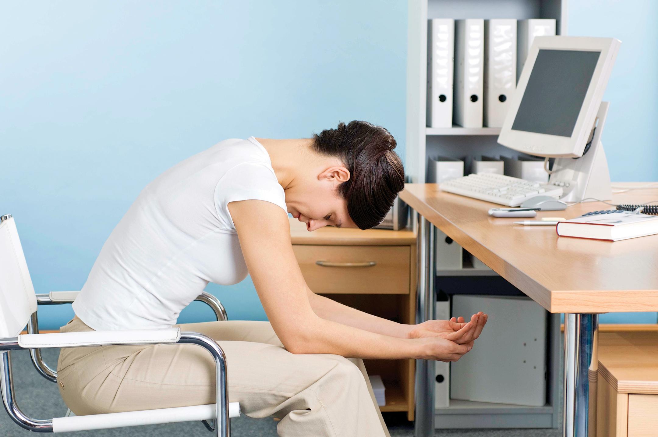 Dirbant sėdimą darbą suvartojame labai mažai energijos ir per dieną papildomai kaupiame nuo 15 iki 50 kcal. Todėl iškyla antsvorio grėsmė. (Asociatyvi nuotr.)