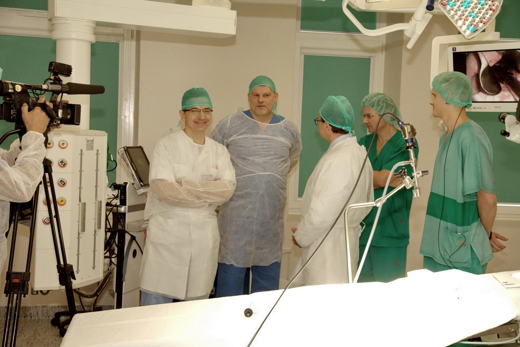 Ausų, nosies ir gerklės ligų klinikos profesorius Saulius Vaitkus (viduryje).