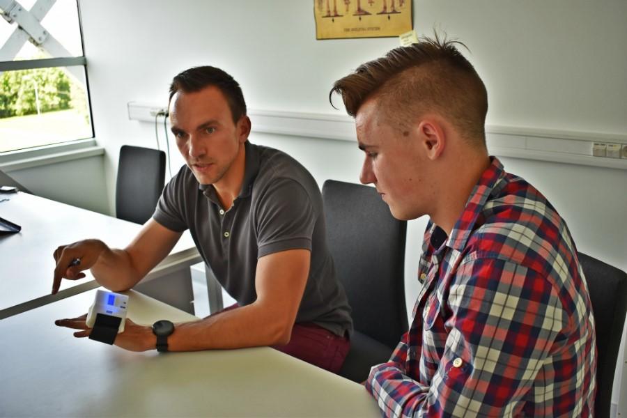 Fidens vadovas Mantas Venslauskas (k.) su studentu