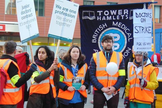 Streikuojantys gydytojai rezidentai. (Reuters nuotr.)