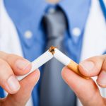 Ironiška: rūkantys gydytojai retai siūlo mesti rūkyti savo pacientams