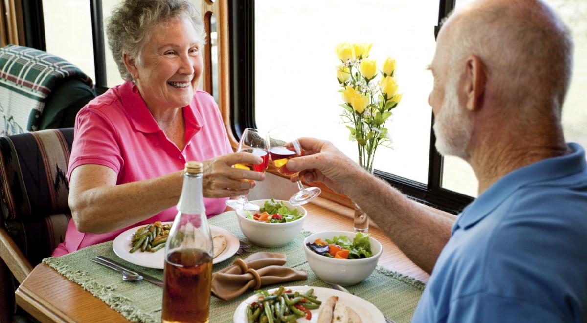Vyresnių žmonių mityba turi savų niuansų, ir juos būtina žinoti, kad gyventume ilgai ir liktume sveiki. (Asociatyvi nuotr.)