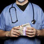 Tyrimas: pacientų linkusių duoti kyšius dalis vis dar yra didelė