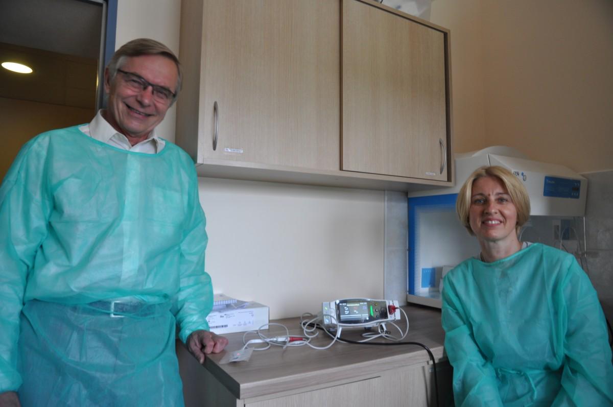 Neila Baumilienė ir Zenonas Bedalis apžiūri prietaisą.